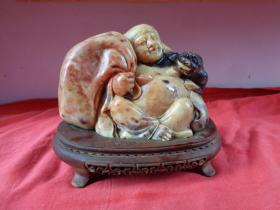寿山石《刘海戏金蟾》雕工优雅,石材质地好,长7cm13cm,石高10cm,重3斤,有底座,品好如图。