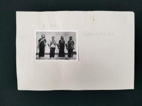 约六七十年代存档 《琼崖纵队的女战士》 老照片一张(旁边并有手写注释,照片尺寸:5.8*8cm)HXTX318628