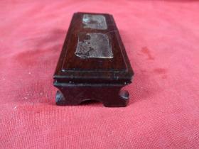 老红木底座一个,长3cm9cm高1.8cm,品好如图。