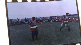 早期名家拍摄草原摔跤彩色翻转底片3张。
