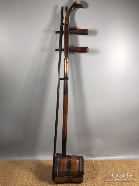 花梨木樂器二胡,做工精細,包漿醇厚,音質優美,樂感極強,尺寸高82cm.長14cm.寬11cm