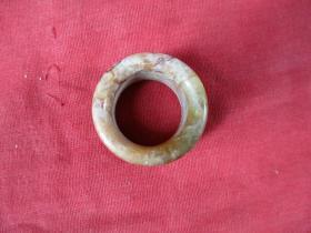 老玉环一件,直径3.5cm3.5cm,厚0.5cm,品好如图。