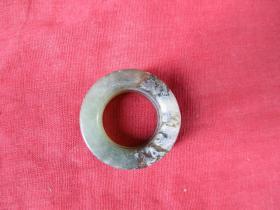 老玉环一件,直径3.5cm3.5cm,厚0.6cm,品好如图。