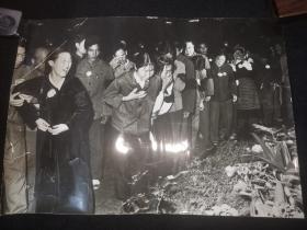 少见大尺寸新闻照片;---41乘29--人民群众纪念毛泽东主席逝世,