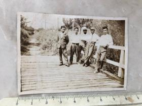 民国时期南京玄武湖桥上的4人合影老照片,疑是翠桥