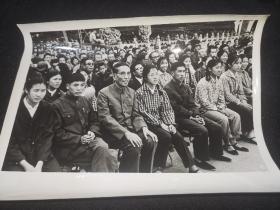 七八十年代老照片:庆祝中华人民共和国成立二十四周年观看节目-----21*15.5