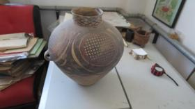 瓷杂专场   带有花纹  泥罐一个     尺寸高38厘米