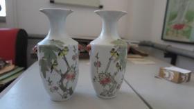 民国期间 花鸟 瓷瓶一对 有纹三处 见图  尺寸高23 厘米