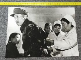 早期大幅老照片:某卫生站护士再给患者打针  【尺寸:28x 21厘米】品如实图!