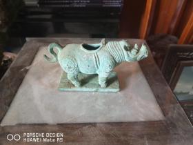 铜质  犀牛摆件一个。
