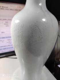 1962年。景德镇瓷器赏瓶。。中南海怀仁堂。有收藏号。上口边有裂。粘连的片。38厘米高。。有毛主席诗词。