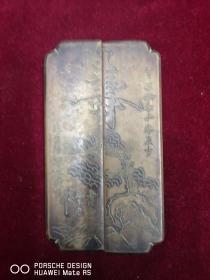 文房类拍品     杨衢云(1861~1901)中国近代革命家,1890年于香港创立最早的革命组织辅仁文社,并为香港兴中会首任会长,    为孙母制作  贺寿图案   铜镇纸一对 长15宽4厘米