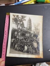 姑苏老照片!文革时期一群热血青年手拿红宝书和胸配毛像在虎丘塔下合影留念。