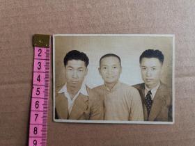 民国二十八年两个帅哥与紫英舅舅合影