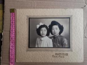 民国时期穿着旗袍头发时髦的母女合影,蝶求照相馆。