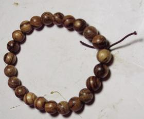 一串有香气的木质小珠手串