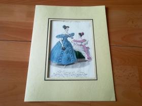 1840年手工上色钢版画《时尚巴黎:争妍斗艳》(Modes des Paris - Petit Courrier des Dames)-- 卡纸画框30*23厘米,版画纸张22*15厘米