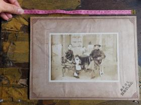 大尺幅!民国时期一家三口全家福美女穿中式旗袍,上海品芳照相馆。