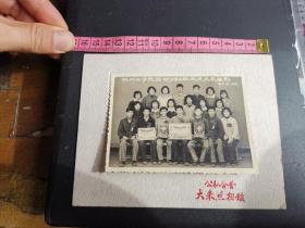 杭州史料!一九六一年杭州工学院纺织592班欢送支农留影。(照片有奖状和奖杯。)