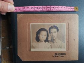 民国时期长袍帅哥和旗袍美女穿合影照片,新华照相馆。