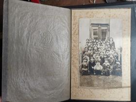 民国时期小学生学校的毕业照,照片封面和底板精美漂亮。