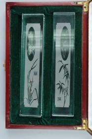 """""""梅兰竹菊""""图案 水晶镇纸一对 带原礼盒(人造水晶;长24cm)HXTX226216"""