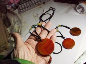 一条有精美圆形缠丝红玛瑙吊坠的项链