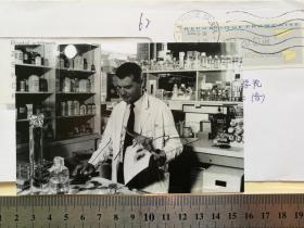 2008年诺贝尔生理学或医学奖获得者、世界著名病毒学家、艾滋病病毒的发现者、国际研究和预防艾滋病的主要奠基人、世界艾滋病研究与防治基金会主席、法国国家科研中心荣誉教授、巴黎大学病毒学教授、上海交通大学教授、曾获得20多类各种国际大奖、吕克·蒙塔尼(Luc Montagnier)、表彰其发现了人类免疫缺陷病毒(HIV)、在艾滋病的研究和防控领域取得了巨大成就、亲笔签名、官方照片1张(非常珍贵、罕见)