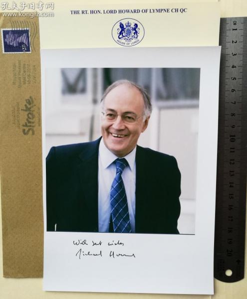 """(逝世、珍贵)英国著名军事历史学家、政治强人、辩论高手、撒切尔和梅杰政府中的资深大臣、内政大臣(1993-1997)、环境大臣(1992-1993)、就业大臣(1990-1992)、保守党党魁(2003-2005)、下院反对党领袖(2003-2005)、剑桥联合会主席、终身贵族、迈克尔·霍华德(Michael Howard)、官方亲笔签名、大照片1张(题词""""With best wishes"""")"""
