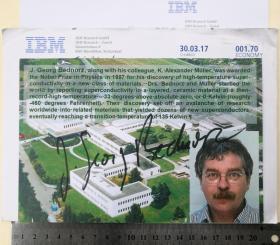 1987年诺贝尔物理学奖获得者、历史上最年轻的诺贝尔奖得主、世界著名物理学家、1988年欧洲物理奖、APS国际新材料奖获得者、国际商用机器公司苏黎世研究实验室荣誉研究员、约翰内斯·格奥尔格·贝德诺尔茨(J. Georg Bednorz)、官方亲笔签名、大照片1张(照片上方为其本人主要研究简介)