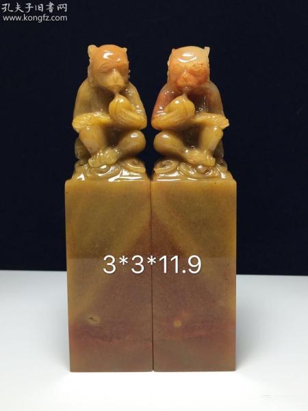 精品老挝石对章摆件《代代封侯》适合:收藏、篆刻、摆放、馈赠亲友规格:3.0x3.0x11.9cm描述:完好,质地柔软细腻,色泽纯净,水润十足,纹理清楚,刀感极佳,收藏篆刻佳品,